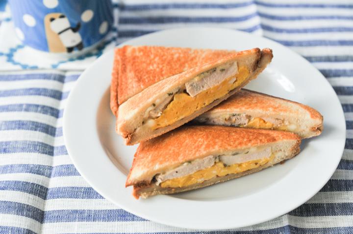 オレガノが決め手の、鶏ハムとスクランブルエッグの親子サンド